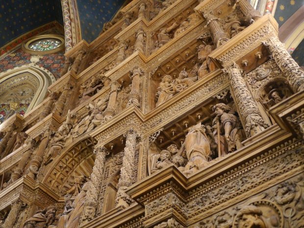 Teruel - Case de los Amantes - unpainted wooden altarpiece with intricately carved bible scenes